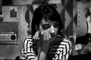 Garota Sombria Caminha pela Noite - Foto