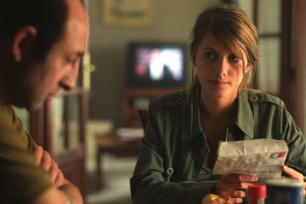Lili (Mélanie Laurent) a reçu une lettre de son frère et questionne son père (Kad Merad)