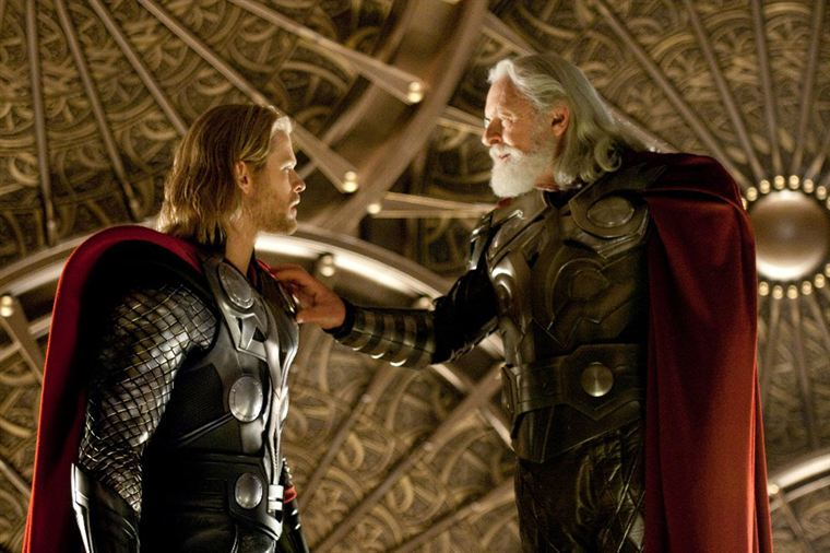 Thor (Chris Hemsworth) est banni par son pre Odin (Anthony Hopkins)